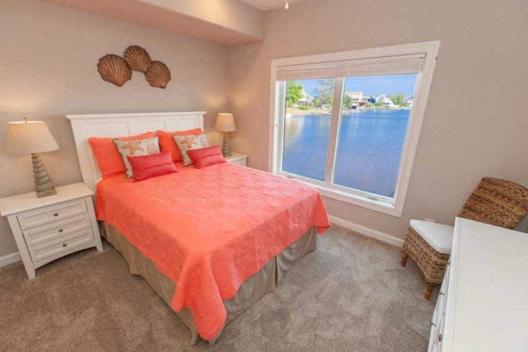 Bedroom with waterview in Summer Baycation